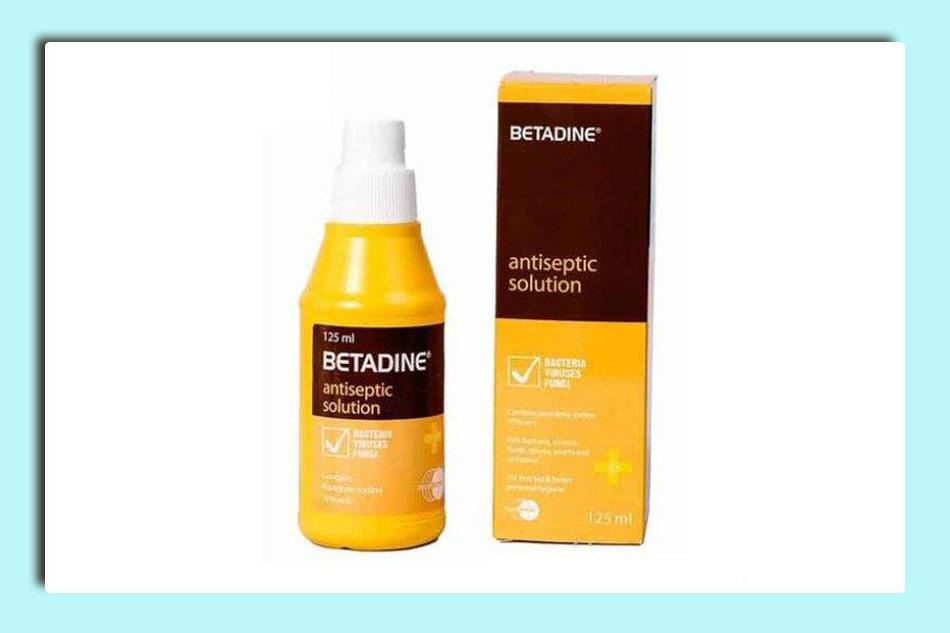 Giữ vệ sinh vùng mổ trĩ bằng Betadine 10%